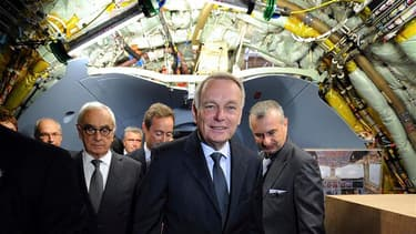 Jean-Marc Ayrault a visité mardi un Airbus A350 à l'occasion de l'inauguration d'une usine d'assemblage final à Toulouse, qui doit marquer une nouvelle phase pour le futur long courrier de l'avionneur européen dans sa lutte face à Boeing. /Photo prise le