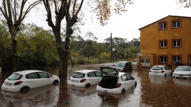 Des voitures après les inondations à Roquebrune-sur-Argens, survenues le 23 novembre 2019