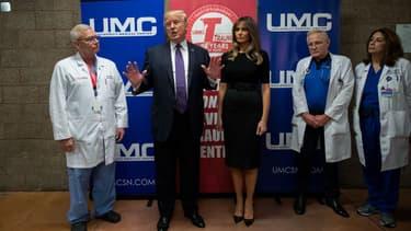 Donald et Melania Trump, avec le personnel de santé de l'University Medical Center, à Las Vegas, le 4 octobre 2017.