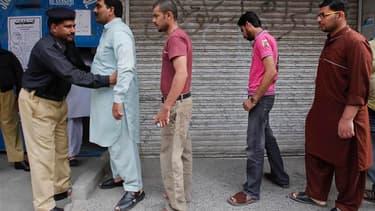 Les Pakistanais sont appelés aux urnes, comme ici à Rawalpindi, pour des élections législatives historiques. Depuis avril, les actes de guérilla imputés aux islamistes ont fait près de 120 tués et l'insécurité a contraint bon nombre de candidats à renonce