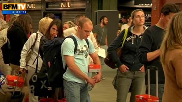 Des passagers d'un TGV arrivé très en retard attendent un taxi en gare Montparnasse dans la nuit de lundi à mardi