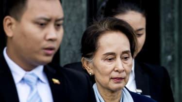 La conseillère d'Etat birmane, Aung San Suu Kyi, sort de la Cour Internationale de Jusitce le 11 décembre 2019 à La Haye