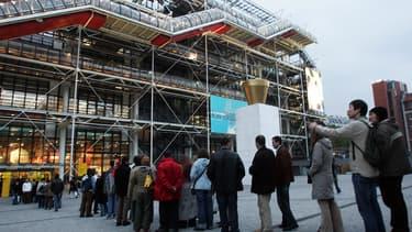 Des visiteurs devant le Centre Georges-Pompidou, à Paris