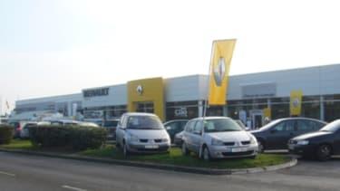 Les concessionnaires auto proposent des prix bradés.