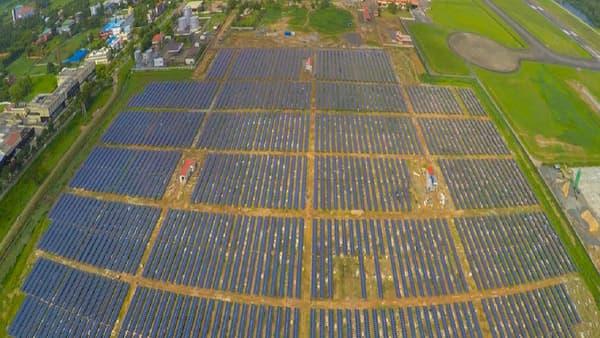 Le parc photovoltaïque s'étend sur 20 hectares en bordure des pistes de l'aéroport.