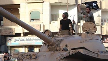 Des jihadistes de l'Etat islamique paradent sur un char dans leur fief de Raqqa, en Syrie, le 30 juin 2014.