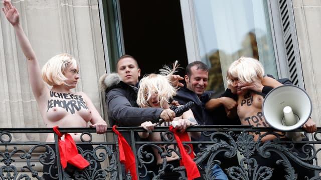 Les trois Femen ont été évacuées violemment par des membres du FN qui ont réussi à pénétrer dans leur chambre.