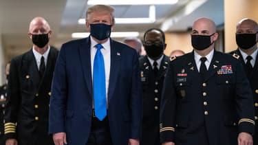 Donald Trump porte un masque pour la première fois, le 11 juillet 2020 à Bethesda, dans le Maryland.