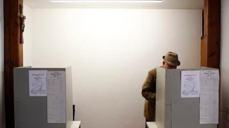 Dans un bureau de vote de Bonn. Les Allemands votent ce dimanche en Rhénanie-du-Nord-Westphalie pour une élection régionale qui s'annonce serrée et pourrait priver la chancelière Angela Merkel de sa majorité à la chambre haute du parlement en cas de défai