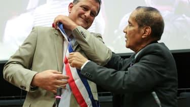 Louis Aliot (RN) enfile son écharpe de maire de Perpignan après avoir été officiellement élu par le conseil municipal le 3 juillet 2020