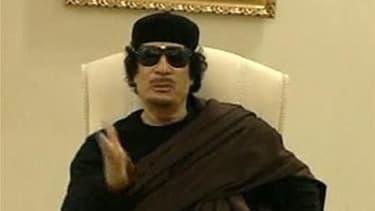 Le procureur de la Cour pénale internationale (CPI) a requis lundi des mandats d'arrêt contre le dirigeant libyen Mouammar Kadhafi et son fils Saïf al Islam pour crimes contre l'humanité. /Image diffusée le 11 mai 2011/ REUTERS/Télévision libyenne