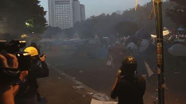 L'évacuation par la police du parc Gezi, le samedi 15 juin à Istanbul, sous le regard des journalistes.