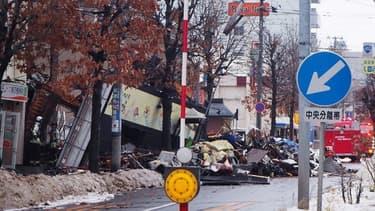 Le bâtiment de bois de deux niveaux qui abritait le restaurant, une agence immobilière et une clinique a été fortement endommagé.