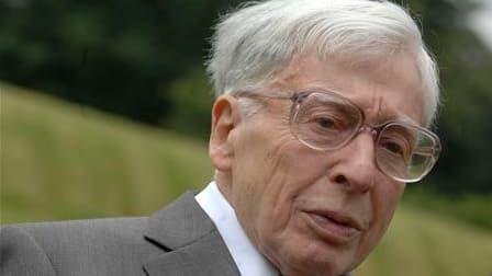 Robert Edwards, âgé de 85 ans, a reçu le prix Nobel pour ses travaux ayant permis la mise au point de la fécondation in vitro. /Photo d'archives/REUTERS/Copyright Bourn Hall