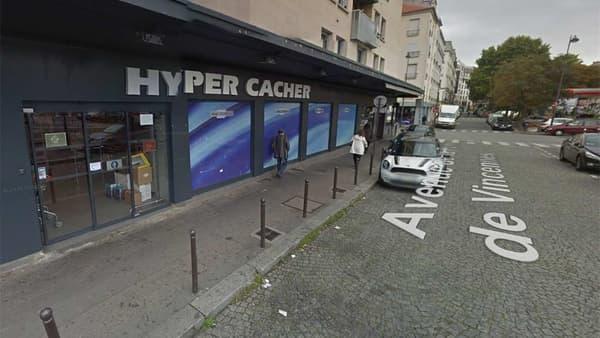La devanture de l'épicerie casher où se déroule la prise d'otages, dans le 20e arrondissement de Paris.