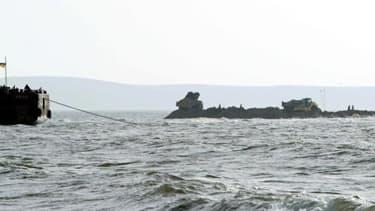 Cette photo du 23 octobre 2003 à Kertch montre la construction d'une digue qui reliera la mer d'Azov à la mer Noire.