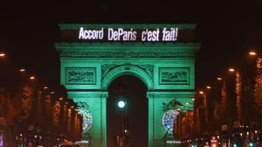 L'Arc de Triomphe, au soir de la signature de l'accord de Paris le 4 novembre 2016.