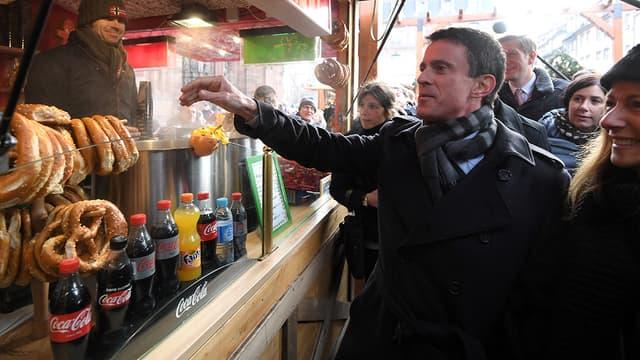 Manuel Valls, ici en pleine campagne électorale à Strasbourg le 22 décembre, pourrait bénéficier d'une mobilisation réduite à la primaire PS.