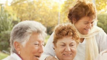 Le bénévolat est un moyen de lutter contre l'isolement des personnes âgées.