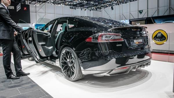 Des jantes 21 pouces et des spoilers, Brabus frappe un grand coup avec cette version du Model S.