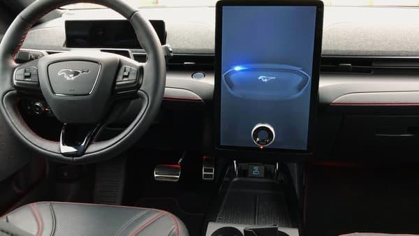 Le grand écran vertical rappelle indéniablement celui de la Model S. Sur la route, notamment pour le GPS, en complément du petit écran horizontal derrière les compteurs, il s'avère très pratique.