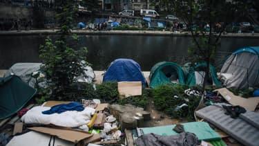 Des tentes de migrants au bord du canal Saint-Martin, à Paris, en juin 2018.