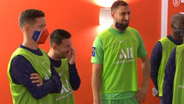 Lionel Messi avec les remplaçants parisiens dans les couloirs rémois