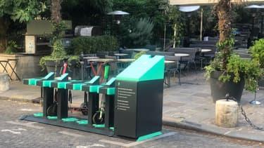 Des bornes de recharge fixes pour les trottinettes électriques en libre-service sont testées à Paris depuis ce mercredi.