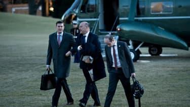 Le secrétaire du personnel de la Maison Blanche, Rob Porter (g) et les conseillers Gary Cohn (c) et Stephen Miller, le 18 janvier 2018 à la Maison Blanche, à Washington