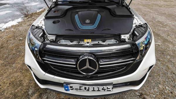 384 cellules composent la batterie de l'EQC, sans donner leur provenance initiale. Les 650 kilos sont placés dans le plancher du SUV. Il est dommage que Mercedes ne profite pas de l'espace libéré à l'avant pour offrir un coffre à l'avant.