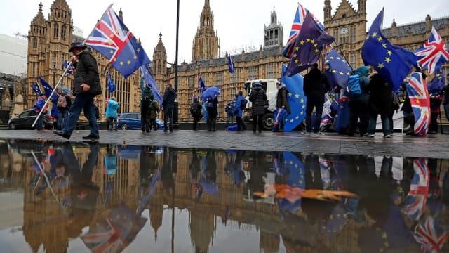 Des manifestants anti Brexit manifestent devant la Chambre des Communes dimanche 3 décembre, avant le début du débat parlementaire.