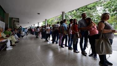Des Vénézuéliens font la queue devant un centre électoral de Caracas, le 20 juin 2016.
