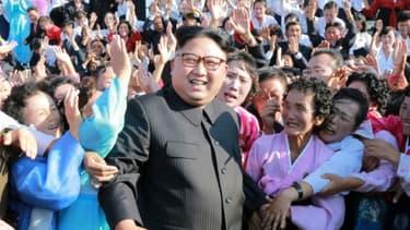 Image de propagande diffusée le 12 septembre 2017 par l'agence centrale de presse nord-coréenne KCNA montrant Kim Jong-Un avec des professeurs, à Pyongyang