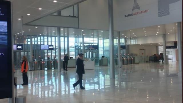 Dans le bâtiment ouvert, une nouvelle salle d'embarquement ( première étape du futur bâtiment de jonction ) et 4 postes avions au contact.