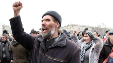 Des manifestants pro-russes devant le Parlement de Donetsk, mercredi.