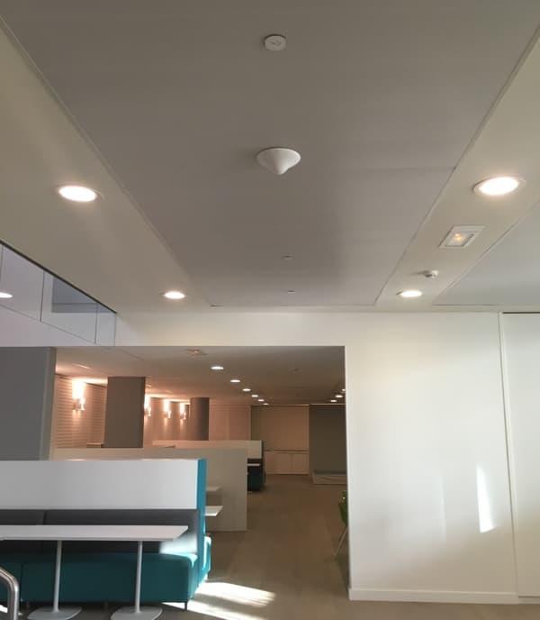 Les capteurs sont installés au plafond dans des lieux de passage