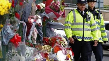 A Woolwich, au sud-est de Londres où un militaire britannique a été tué à l'arme blanche. Une commission parlementaire va enquêter sur cet assassinat pour déterminer si les services de renseignement auraient pu prévenir cette agression responsable d'un vi