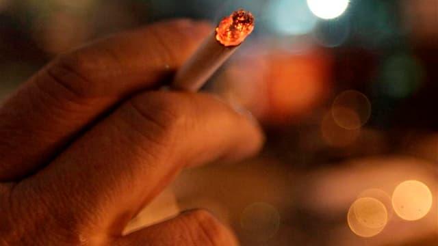 Les prix des cigarettes augmenteront lundi de 20 centimes le paquet pour répercuter la hausse de la fiscalité du tabac intervenue au 1er juillet. /Photo d'archives/REUTERS/Ilya Naymushin