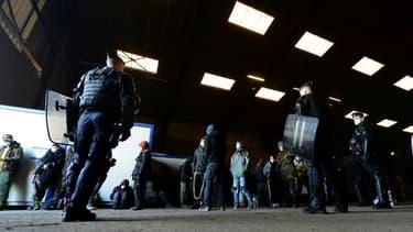 Des gendarmes interviennent pour disperser une rave party dans un hangar près de Rennes, le 2 janvier 2021