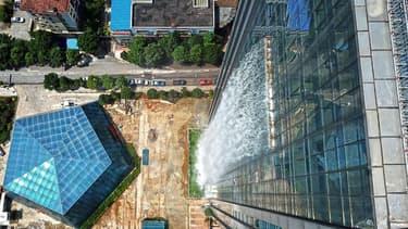 La cascade utilise notamment les eaux de pluie et souterraines, qui sont canalisées dans d'énormes réservoirs placés dans le sous-sol du bâtiment.