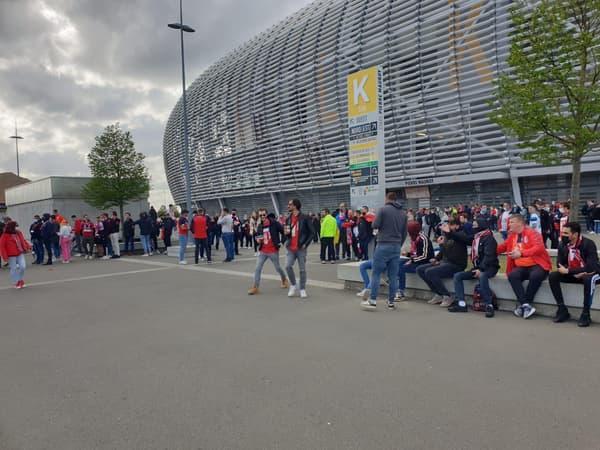 Les supporters lillois devant Pierre-Mauroy