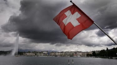 Le drapeau suisse flotte au-dessus du lac Léman, à Genève