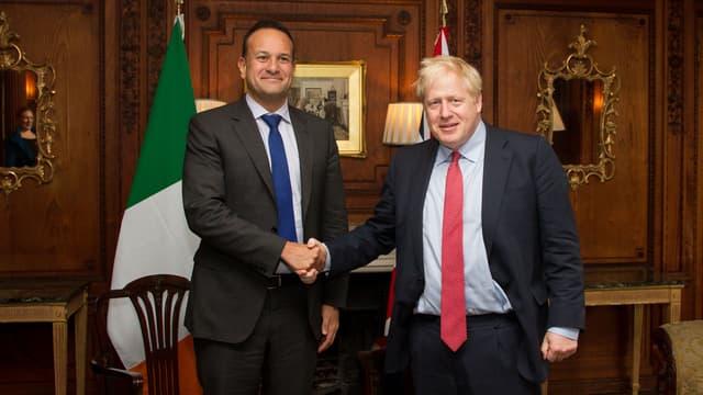 """Le Premier ministre britannique Boris Johnson et son homologue irlandais Leo Varadkar ont affirmé jeudi entrevoir un """"chemin vers un possible accord"""" sur le Brexit"""