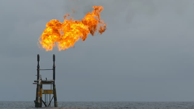 La récente accélération haussière du baril profite aux valeurs liées au pétrole.