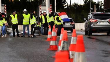 """Vinci a renoncé à récupérer l'argent dû par les automobilistes ayant passé gratuitement les péages des autoroutes qu'il exploite, à l'occasion des manifestations de """"gilets jaunes""""."""