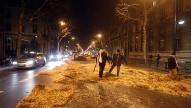 Des manifestants ont déversé de la paille et de la terre devant l'entrée du ministère de l'Environnement à Paris pour protester contre la politique agricole du gouvernement. /Photo prise le 3 février 2012/REUTERS/Jacky Naegelen