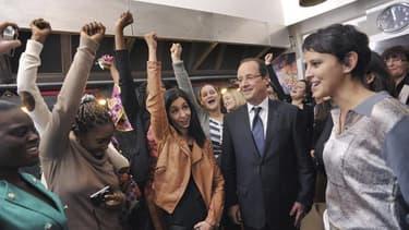 François Hollande et la ministre des Droits des femmes, Najat Vallaud-Belkacem, lors d'une visite d'un centre pour victimes de violences conjugales à Paris.
