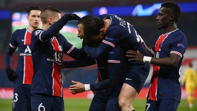 La joie des Parisiens après le but de Mbappé contre le Barça