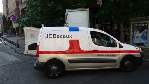 """Le groupe JCDecaux mise sur du """"mobilier urbain publicitaire"""" et les marchés hors-Europe pour son développement."""