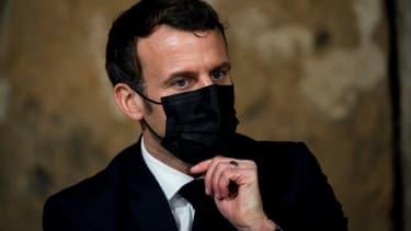 Le président Emmanuel Macron, le 12 janvier 2021 à Tilly, dans le Calvados